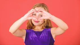 Отпразднуйте день Святого Валентина Любовь и сочувствие o Сердца шоу ребенка девушки жест рукой милого форменный Символ  стоковая фотография