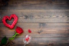 Отпразднуйте день ` s валентинки Бокалы, красная роза, знак сердца на темном деревянном космосе экземпляра взгляд сверху предпосы Стоковая Фотография