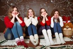 отпразднуйте носить santa мати шлемов дочи рождества торжества Друзья с подарками ново Стоковые Изображения