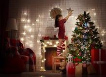 отпразднуйте носить santa мати шлемов дочи рождества торжества стоковые фото