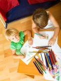 Отпрыски играя с карандашами Стоковая Фотография RF