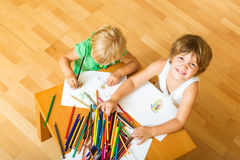 Отпрыски играя с карандашами Стоковые Фото