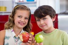 Отпрыски показывая отсутствующий укус яблока в кухне Стоковая Фотография RF