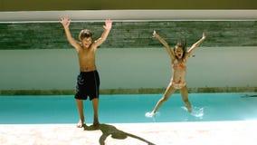 Отпрыски скача совместно в бассейн видеоматериал
