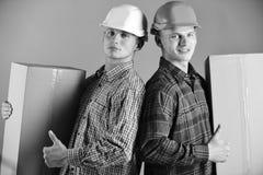 Отпрыски с работой коробок как работники доставляющие покупки на дом Поставка и концепция пакета Люди с уверенно картонными короб Стоковое Фото