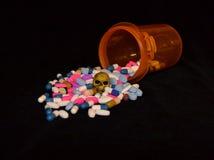 Отпускаемые по рецепту лекарства и череп Стоковые Изображения