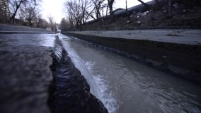 Отработанная вода стекает в сточную трубу города план больших и средства акции видеоматериалы