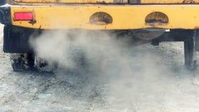 Отработанные газы от автомобиля шумоглушителя идущего акции видеоматериалы