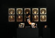 10 отработанных вентиляторов оснащенных через фоточувствительные датчики передают звук через свет во время выставки Issey Miyake Стоковая Фотография RF