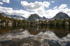 Отражательное изолированное озеро горы стоковое фото rf
