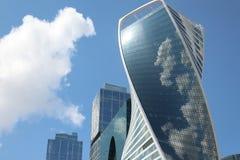 Отражать облака на развитии башни стоковое фото