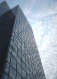 отражая небоскреб неба Стоковое Изображение
