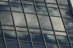 отражая небоскреб неба стоковые фото