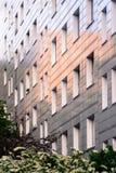 Отражая фасад блока квартир Стоковое фото RF