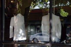 Отражение автомобиля в окне магазина портноя Стоковое Изображение