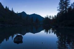 Отражение берега озера в водообильной поверхности стоковая фотография