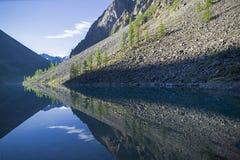 Отражение берега озера в водообильной поверхности стоковые изображения