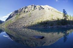 Отражение берега озера в водообильной поверхности стоковые изображения rf
