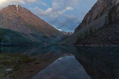 Отражение берега озера в водообильной поверхности стоковое изображение