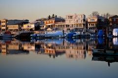 отражение береговой линии зданий Стоковые Изображения