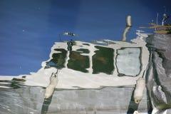 Отражение белой рыбацкой лодки Стоковое фото RF