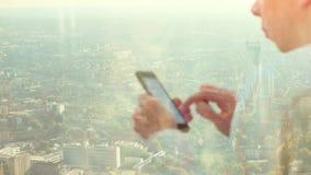 Отражение бизнесмена на телефоне