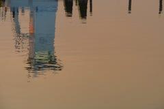 Отражение боевой рубки буксира грязи в заходе солнца w Стоковая Фотография RF