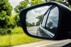 Отражение бокового окна автомобиля на дороге Стоковая Фотография RF