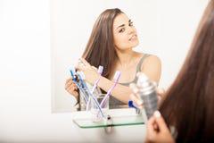 Отражение брюнет вводя ее волосы в моду с брызгом Стоковая Фотография RF