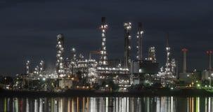 Отражение воды нефтеперерабатывающего предприятия промежутка времени на ноче к дню, 5K видеоматериал
