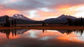 Отражение восхода солнца осени на искрах озере, Орегоне Стоковая Фотография