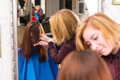 Отражение волос вырезывания стилизатора клиента Стоковое Фото
