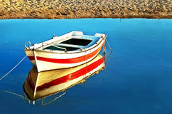 Отражение воды рыбацкой лодки Стоковое фото RF