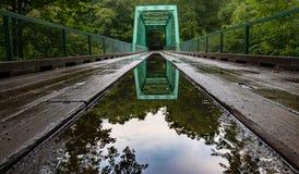 Отражение времени через мост жизни стоковое фото
