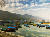 Отражение в воде, различные красочные шлюпки голубого неба в озере стоковые фотографии rf