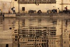 Отражение в воде озера на Udaipur стоковое изображение