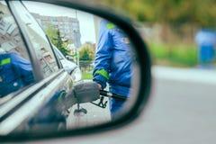 Отражение в зеркале автомобиля топлива человека автомобиль Стоковое Фото