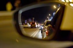 Отражение в зеркале заднего вида корабля, заторы движения больших городов Стоковые Изображения RF