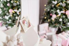 Отражение в зеркале Рождественская елка украшенная с игрушками в серебряном и розовом цвете Стоковые Фото