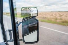 Отражение в зеркале автомобиля Стоковое Фото