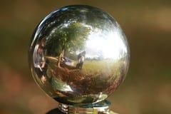 Отражение в небольшом круглом шарике стоковые фотографии rf