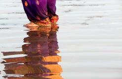 Отражение в приливе моря людей в пляже стоковое изображение