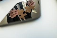Отражение в цифровой таблетке бизнесмена кладя совместно Стоковая Фотография