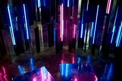 Отражение голубого и розового света на поверхностях Атмосфера клуба, партий Сумерк Стоковые Фото