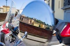 Отражение голубого неба, зеленого дерева - городского пейзажа Флоренса в мотоцикле зеркала заднего вида Стоковое фото RF