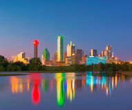 Отражение горизонта Далласа на зоре, городской Даллас, Техас, США Стоковое Фото