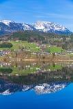 Отражение горного села в Hallstatter видит, Австрия, Европа Стоковые Изображения