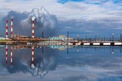 Отражение города лужицы, Норильск стоковые фото