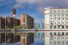 Отражение города лужицы, Норильск стоковое изображение rf