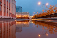 Отражение города лужицы, Норильск стоковое изображение